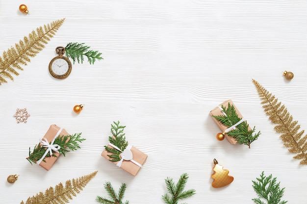 Caixa de presente de natal caseira embrulhada em tecido kraft