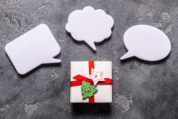 Caixa de presente de natal com bolha de diálogo