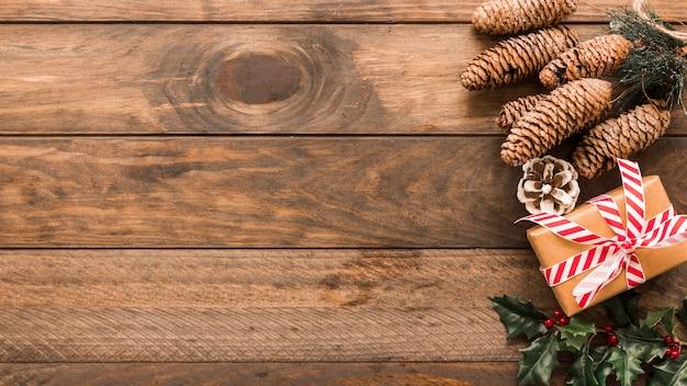 Caixa de presente de natal com cones grandes