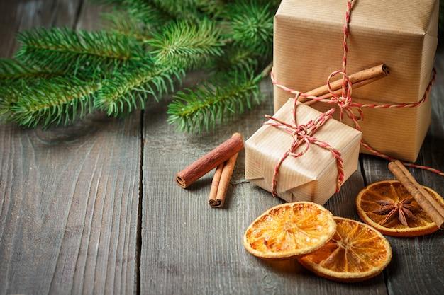 Caixa de presente de natal com decoração