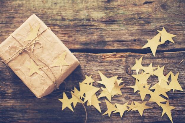 Caixa de presente de natal com estrelas
