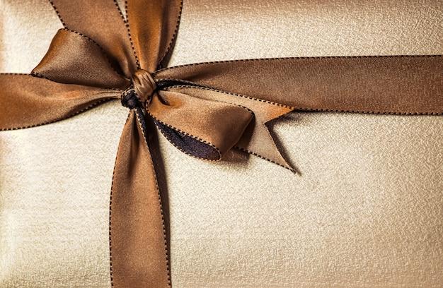 Caixa de presente de natal com fita dourada