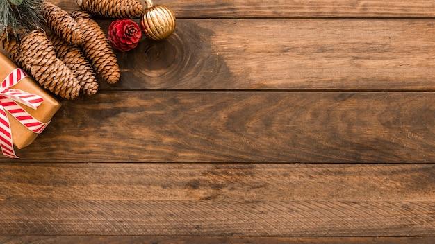 Caixa de presente de natal com grandes cones na mesa