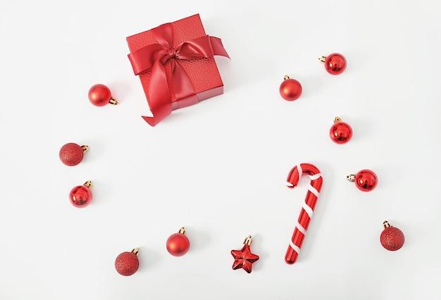 Caixa de presente de natal com pirulitos e brinquedos isolados