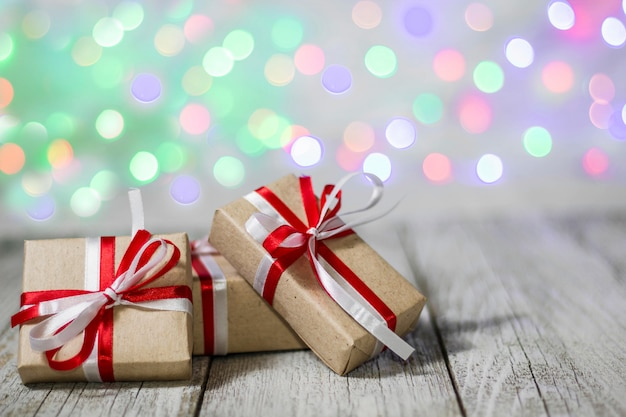 Caixa de presente de natal contra o fundo de bokeh. cartão de férias