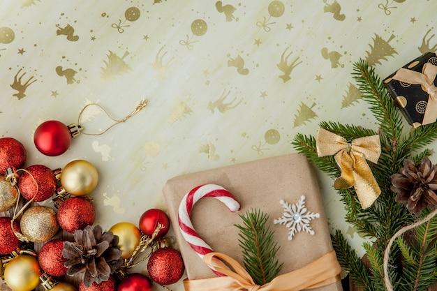 Caixa de presente de natal, decoração de alimentos e galho de árvore do abeto na mesa de madeira