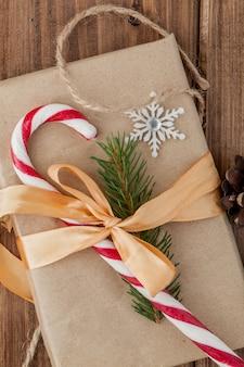 Caixa de presente de natal, decoração de comida e galho de árvore do abeto na mesa de madeira