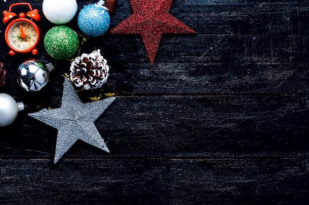 Caixa de presente de natal, decoração de comida e galho de árvore do abeto na mesa de madeira.