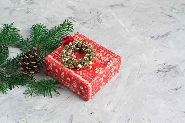 Caixa de presente de natal decoração decoração natural festa de ano novo conceito vintage jingle bell wreath fir tree branch