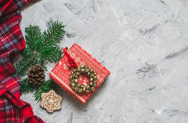Caixa de presente de natal decoração natural decoração festa de ano novo conceito jingle bell grinalda abeto galho de árvore fundo cinza