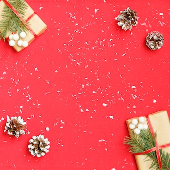 Caixa de presente de natal decorada e flocos de neve brancos