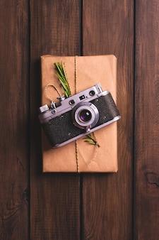 Caixa de presente de natal decorada em papel kraft com câmera