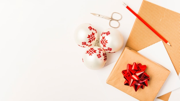 Caixa de presente de natal e bolas brancas de natal