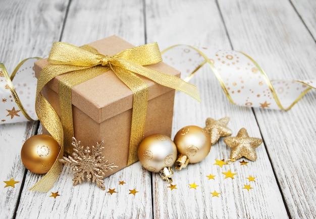 Caixa de presente de natal e bolas