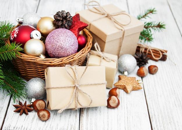 Caixa de presente de natal e decorações