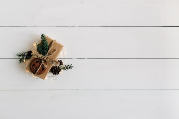 Caixa de presente de natal é embalada em papel kraft.