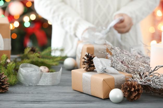 Caixa de presente de natal e mulher