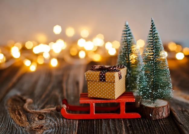Caixa de presente de natal em uma mesa de madeira