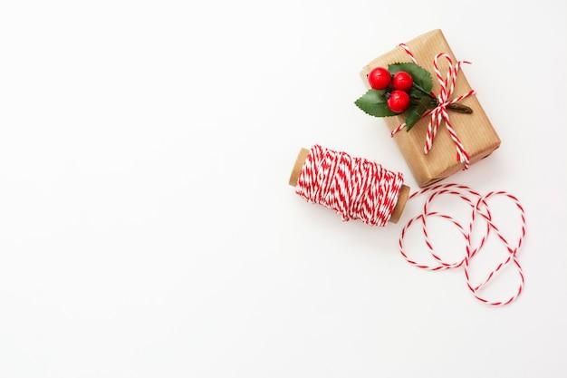 Caixa de presente de natal embrulhada em papel ofício, sobre fundo branco.