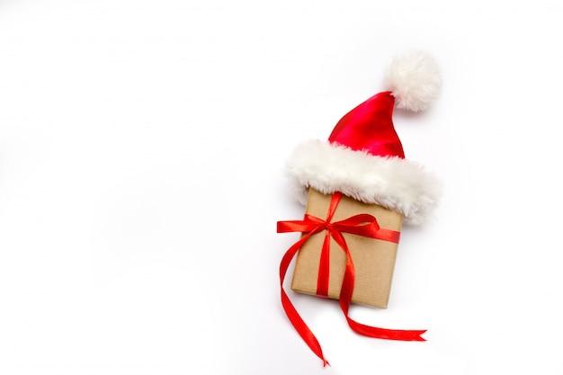 Caixa de presente de natal isolada no branco