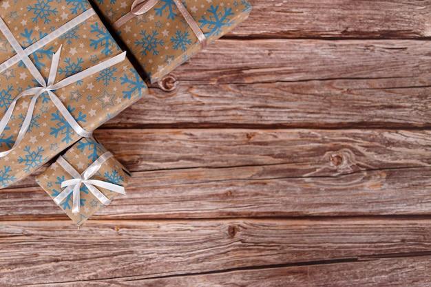 Caixa de presente de natal na mesa de madeira com enfeites de natal, closeup.
