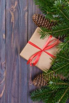 Caixa de presente de natal, presentes de natal em caixas vermelhas na mesa de madeira preta, plana leigos