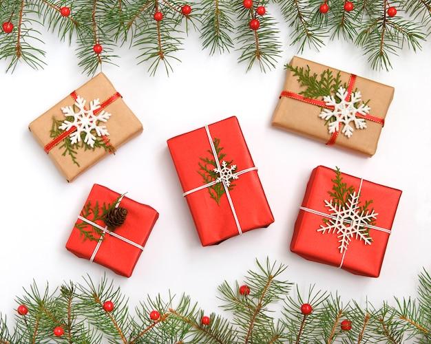 Caixa de presente de natal vermelha decorada com flocos de neve brancos