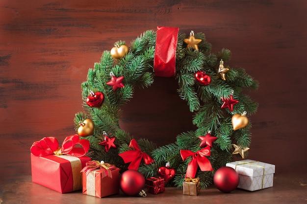 Caixa de presente de natal vermelha e dourada e coroa de decoração
