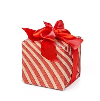 Caixa de presente de natal vermelha isolada