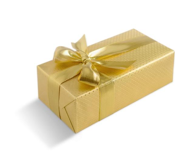 Caixa de presente de ouro com laço dourado isolado no fundo branco. trajeto de grampeamento incluído.