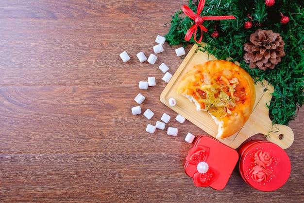 Caixa de presente de pão e vermelho com árvore de natal em uma árvore de natal
