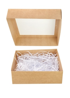 Caixa de presente de papelão marrom aberta com papel picado isolado no branco