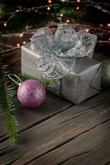 Caixa de presente de prata com enfeite de natal