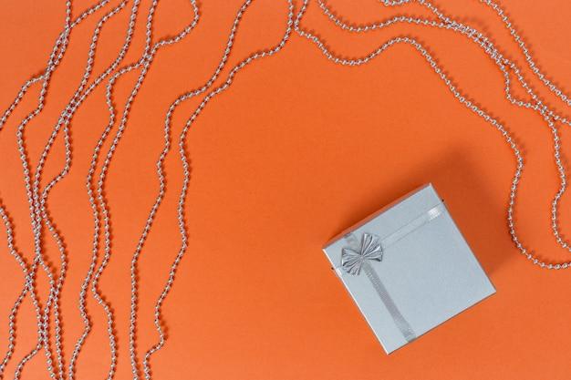 Caixa de presente de prata e miçangas
