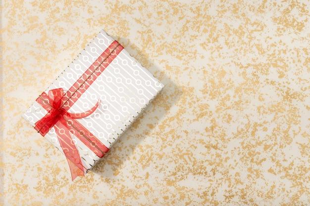 Caixa de presente decorativa com laço vermelho e fita longa