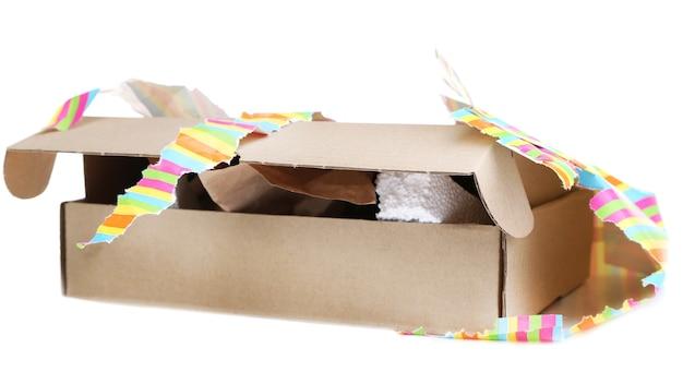 Caixa de presente desembrulhada isolada no branco