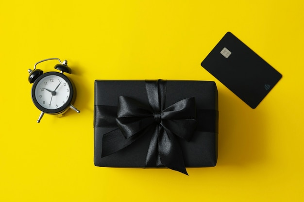 Caixa de presente, despertador e cartão amarelo