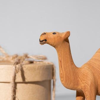 Caixa de presente do dia da epifania e estatueta de camelo