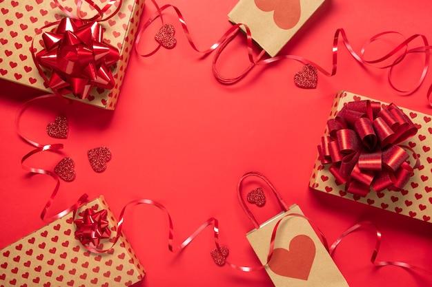 Caixa de presente do dia dos namorados e corações em fundo vermelho