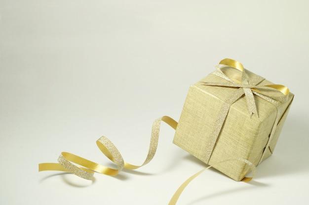 Caixa de presente dourada em branco.