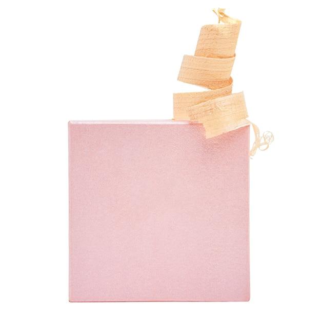 Caixa de presente e árvore de natal isoladas no fundo branco