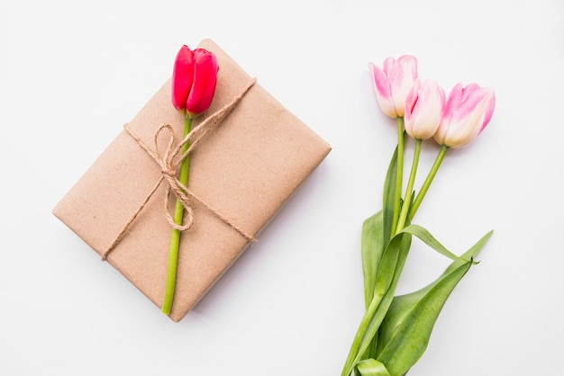 Caixa de presente e buquê de flores