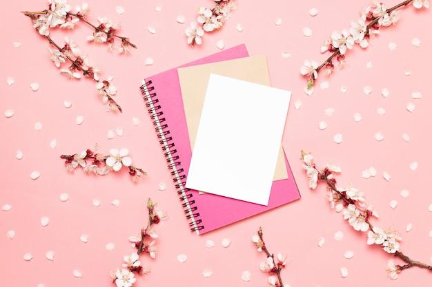 Caixa de presente e caderno de composição plana leigos