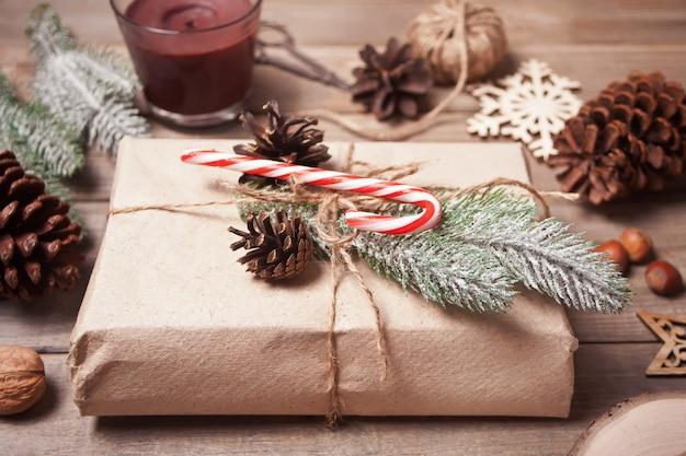 Caixa de presente e decoração de natal na mesa de madeira.