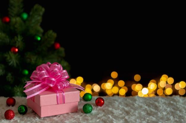 Caixa de presente e enfeites com árvore de natal