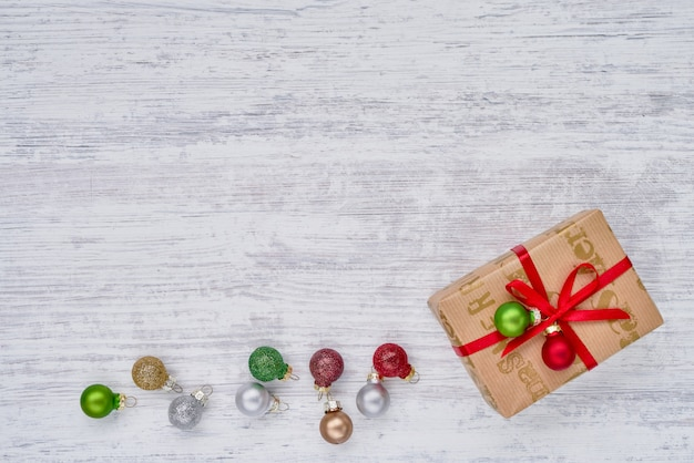 Caixa de presente e enfeites de natal em fundo branco. copyspace, vista superior