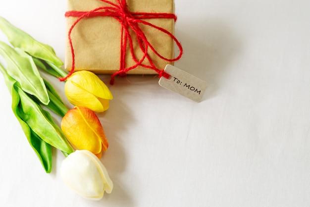Caixa de presente e flor, etiqueta de papel