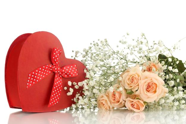 Caixa de presente e flores isoladas em branco