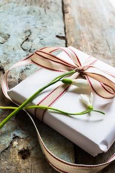 Caixa de presente e flores