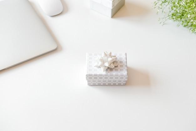 Caixa de presente e laptop